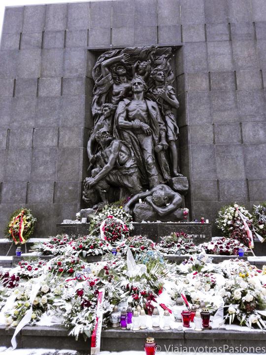 Vista del monumento a los Héroes del Ghetto en el paseo de Varsovia en un día, Polonia