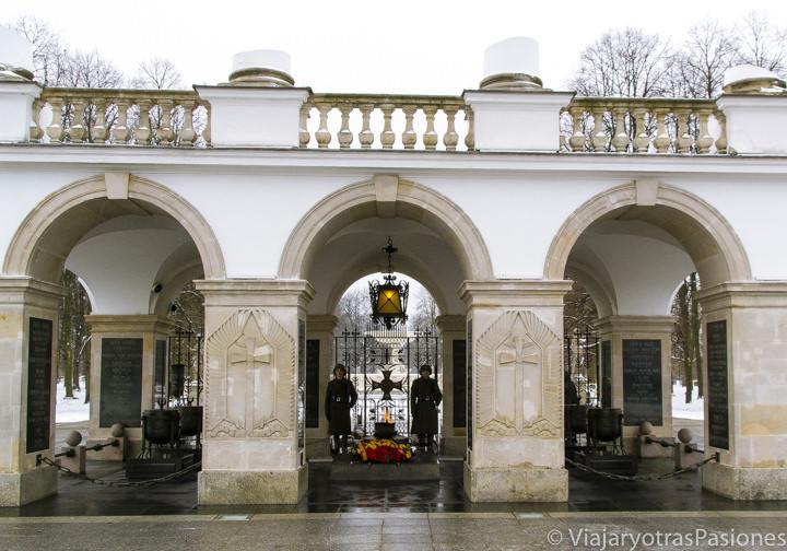 Vista de la Tumba del Soldado Desconocido en los jardines sajones en Varsovia, Polonia
