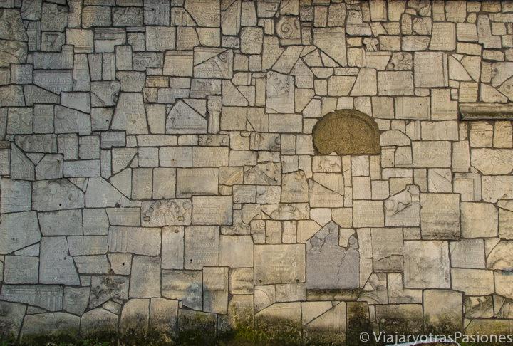 Famoso muro del cementerio de Remuh en Kazimierz, en qué ver en Cracovia