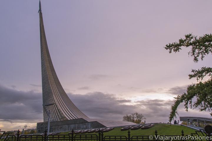 Exterior del memorial y museo del espacio en el viaje a Moscú y San Petersburgo en Rusia