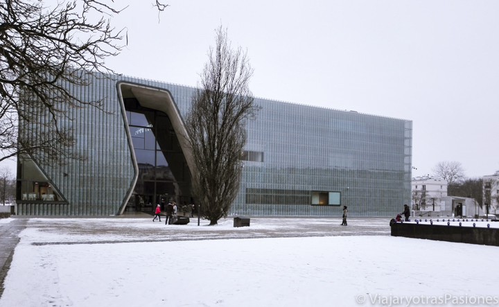 Exterior del museo Polin en Varsovia en un día, Polonia