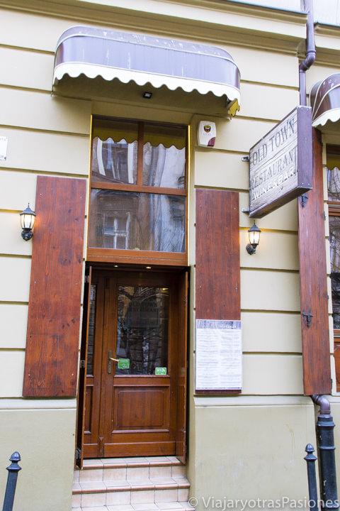 Entrada del famoso restaurante Old Town en Cracovia, Polonia
