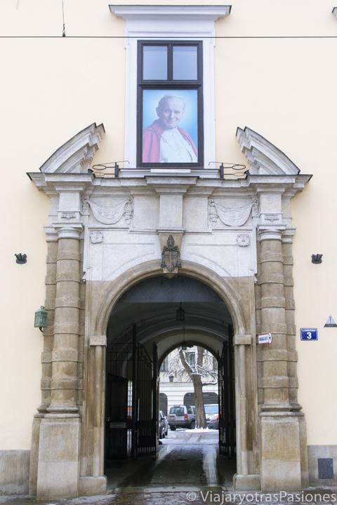 Famosa ventana con imagen del papa Wojtyla en Cracovia, Polonia
