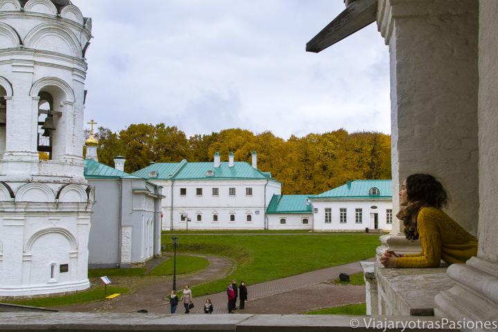 Panoramica de la iglesia de la Ascensión en el parque Kolomenskoye, en Moscú en Rusia