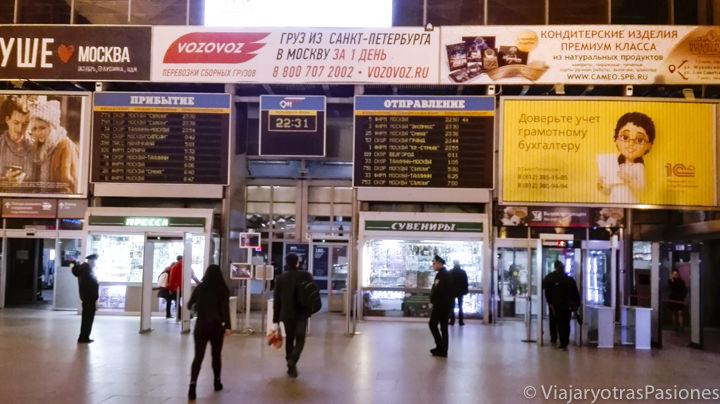 Pantalla y entrada de la estación Moskovsky en San Petersburgo en Rusia