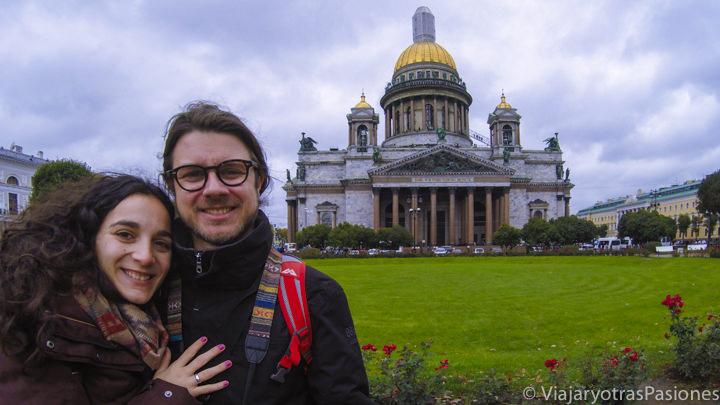 Retrato frente a la catedral de San Isaac en San Petersburgo en Rusia