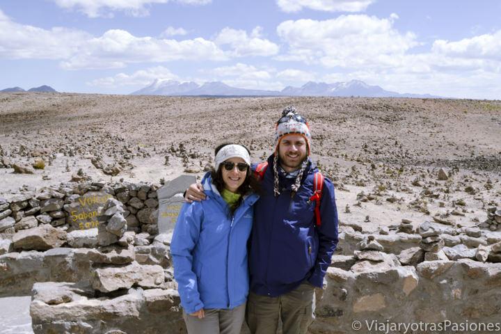 Pareja sonriente en el mirador de los Andes cerca del Cañón del Colca en Perú