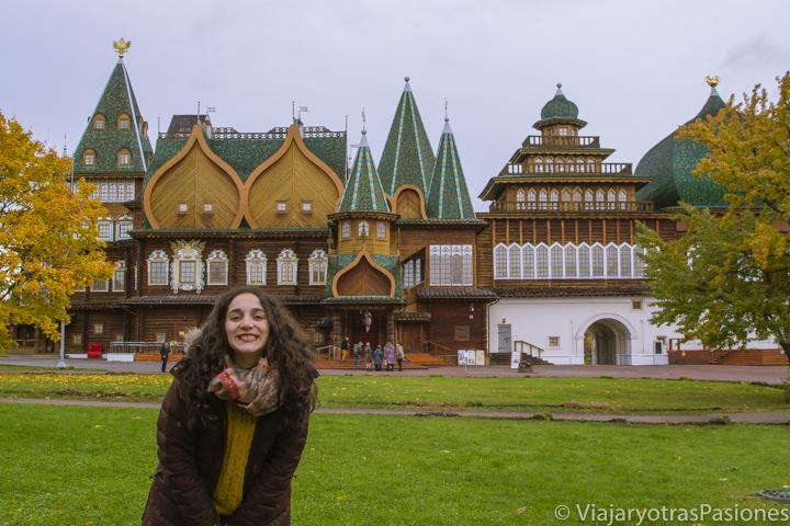 Feliz frente al increíble palacio de madera del parque de Kolomenskoye en Moscú, Rusia