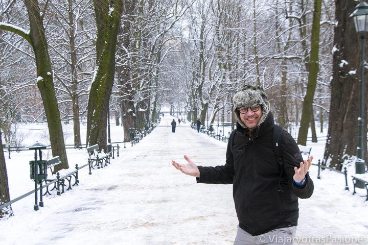 Paseando en un parque nevado en el centro de Cracovia, Polonia