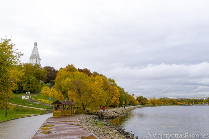 Vista a la orilla del río Moscova en el parque de Kolomenskoye en Moscú, Rusia