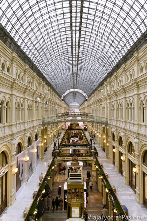 Galería de los famosos grandes almacenes GUM cerca de la plaza Roja en Moscú en Rusia