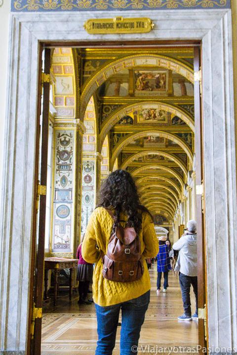 Espectacular pasillo en el increíble museo del Hermitage en San Petersburgo en Rusia