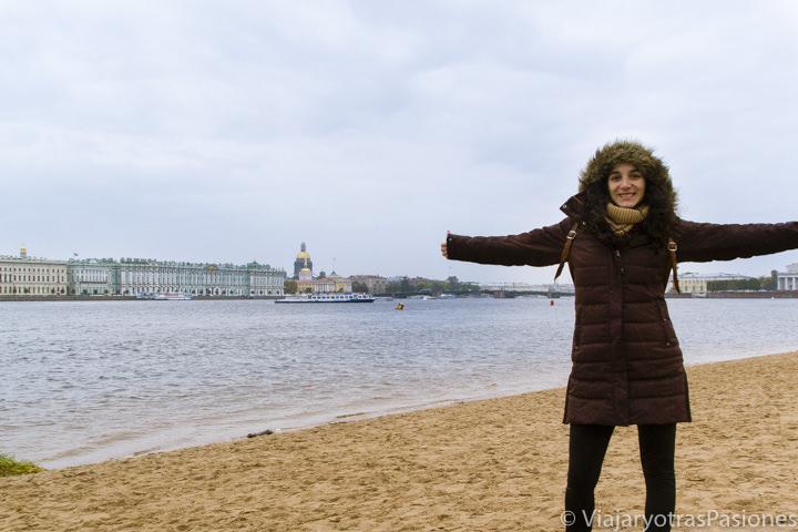 Bonita playa en la fortaleza de Pedro y Pablo cerca del río Neva en San Petersburgo en Rusia