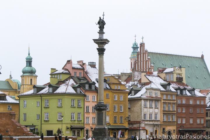 Bonita panorámica de la columna de Segismundo y típicas casas en el centro de Varsovia, Polonia