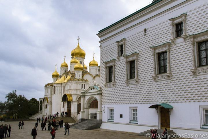 Hermoso rincón de la Plaza de las Catedrales en el histórico Kremlin de Moscú en Rusia