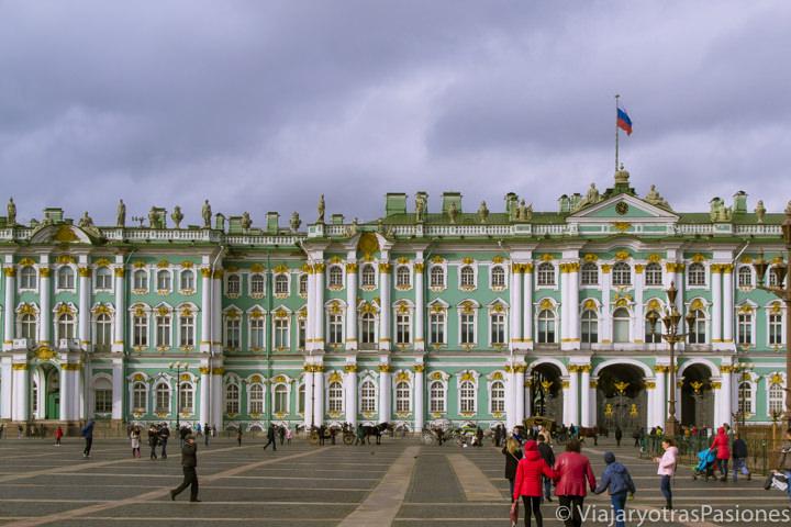 Bonita vista de la plaza del Palacio de Inverno en San Petersburgo en Rusia