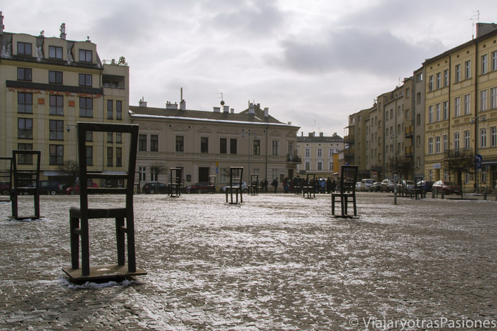 Emocionante panorámica de la Plaza del Héroes del Gueto en Cracovia, en Polonia