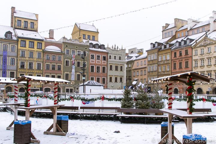 La colorida plaza del mercado en la ciudad vieja de Varsovia en Polonia