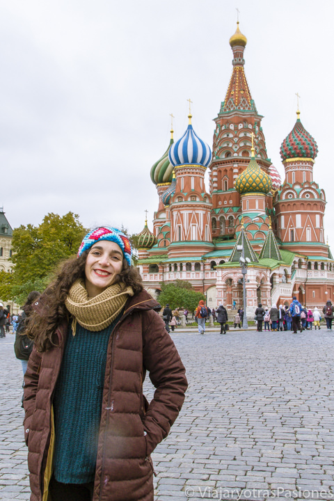 Feliz frente al la hermosa basilica de San Basilio en qué ver en Moscú en Rusia