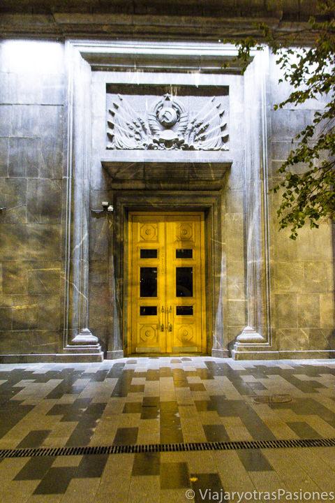 Misteriosa puerta del palacio del KGB en la Lubjanka en Moscú, Rusia