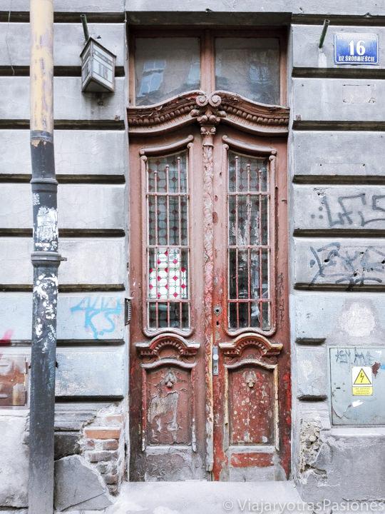 Típica puerta del barrio judío en qué ver en Cracovia, Polonia