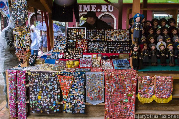 Originales recuerdos que se pueden comprar en el mercado de Izmailovo en Moscú, en Rusia
