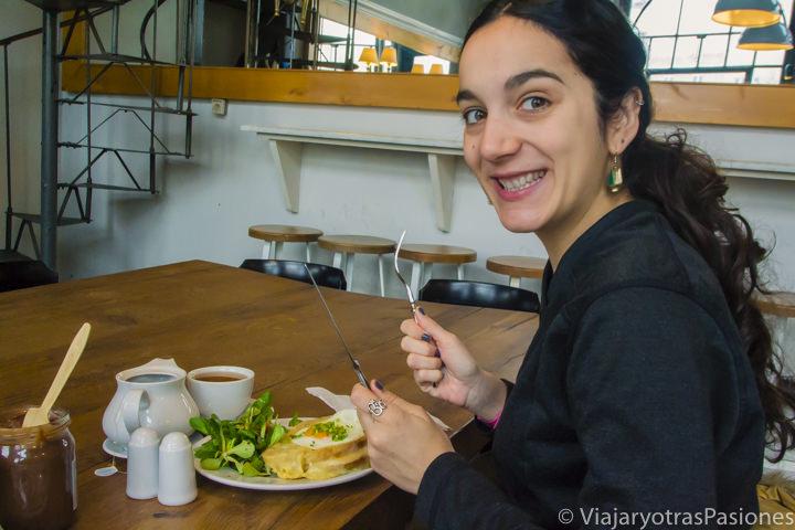 Comiendo una deliciosa croque el el cafe Charlotte en Cracovia, Polonia