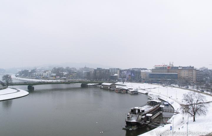 Vista invernal del río Vistula cerca de la colina de Wavel en Cracovia, en Polonia