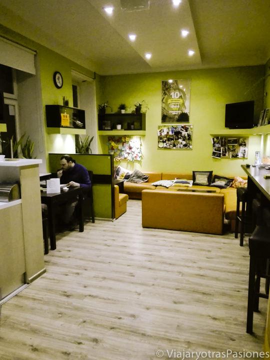 Sala común del del hostal Dizzy Daisy en Cracovia, Polonia