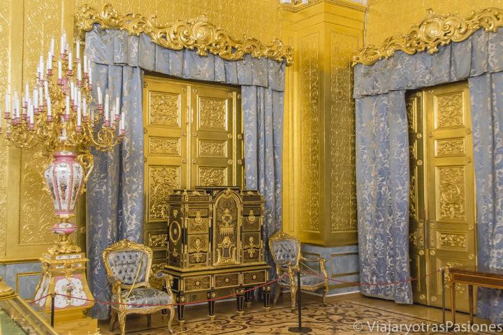 Increíbles decoraciones en la sala Malachita en el interior del museo del Hermitage en san Petersburgo en Rusia