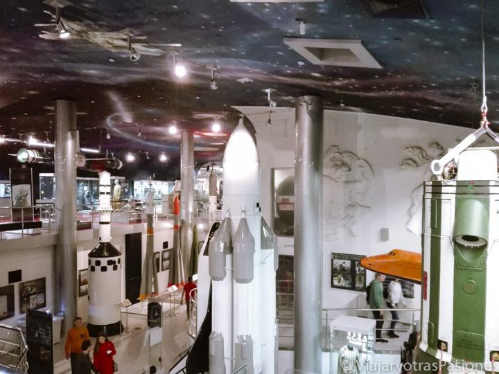 Interesante interior del museo de la Cosmonáutica en Moscú, Rusia