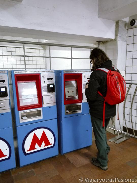 Máquinas para comprar los billetes de la metro de Moscú en Rusia