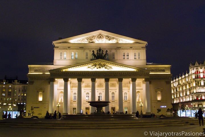 Fachada del célebre teatro Bolshoi en Moscú, Rusia