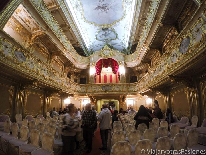 Teatro privado en estilo rococó en el palacio Yusupov en San Petersburgo en Rusia