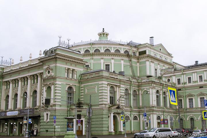Exterior del famoso teatro Mariinski en la ciudad de San Petersburgo en Rusia