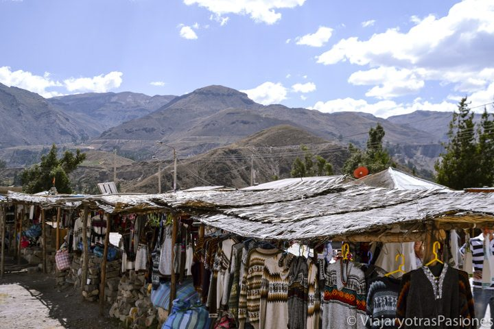 Mercadillo con recuerdos típicos del Cañón del Colca en Perú