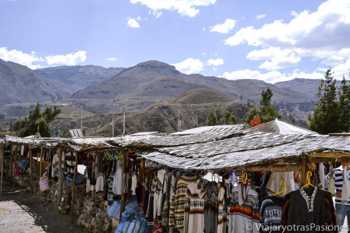 Mercadillo con recuerdos típicos en el Cañón del Colca en Perú