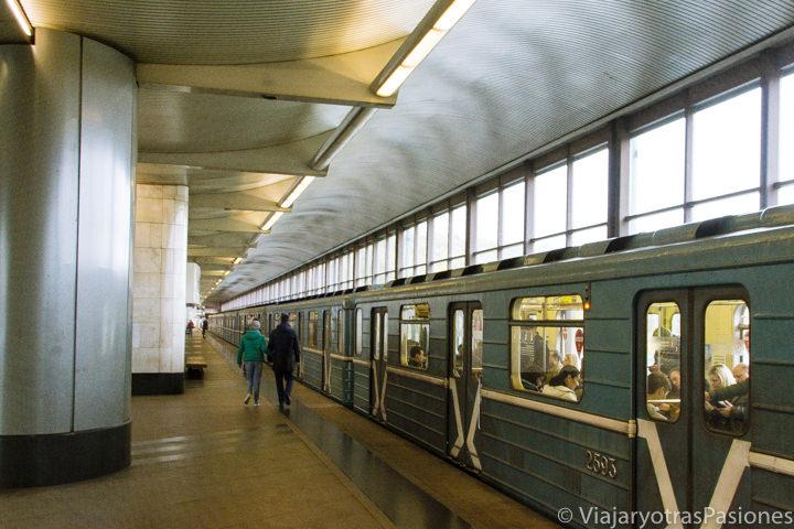 Interior de una estación del metro de Moscú en Rusia