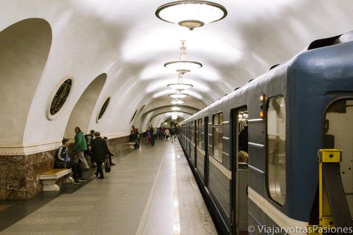 Típica parada de el metro de San Petersburgo en Rusia