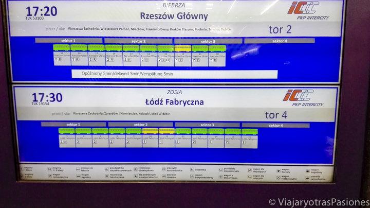 Pantalla del tren para ir a Cracovia desde Varsovia en Polonia