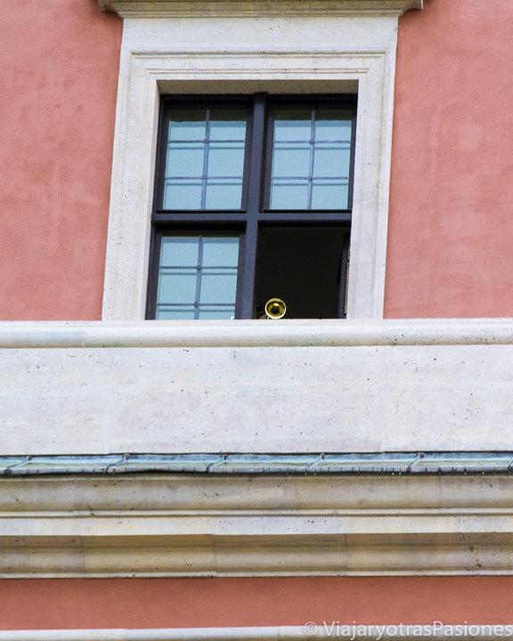 Trompeta a la ventana del castillo de Varsovia, en Polonia