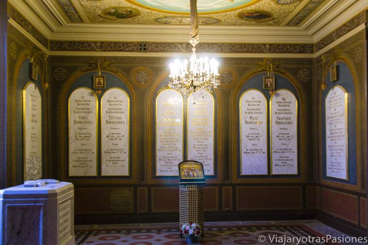 Histórica tumbas de los últimos zares de la familia Romanov en el interior de la catedral de Pedro y Pablo en qué ver en San Petersburgo en Rusia