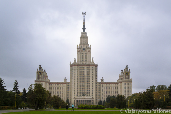Imponente fachada de la universidad de Moscú, Rusia