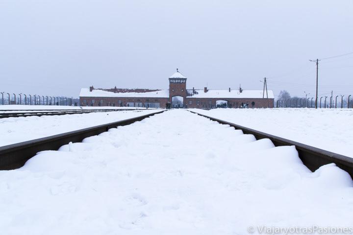 La vía del tren de Birkenau en el museo del campo de concentración de Auschwitz-Birkenau en Polonia