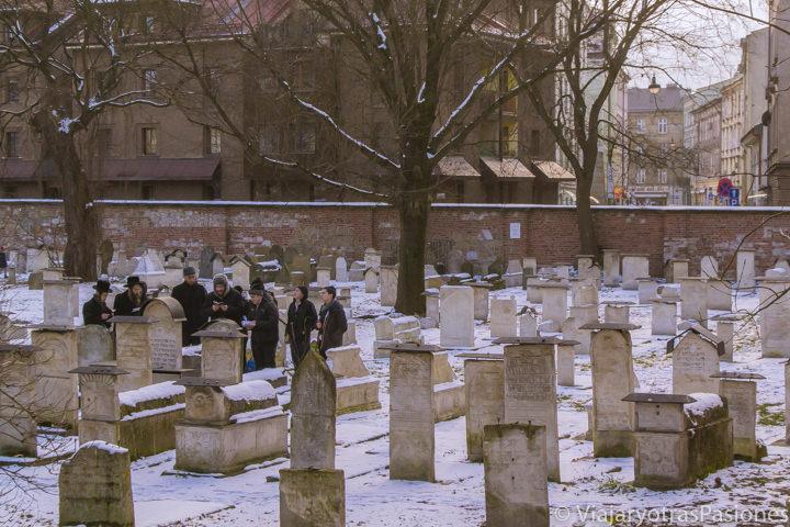 Panorámica del típico cementerio Remuh en el barrio judío de Cracovia, en Polonia