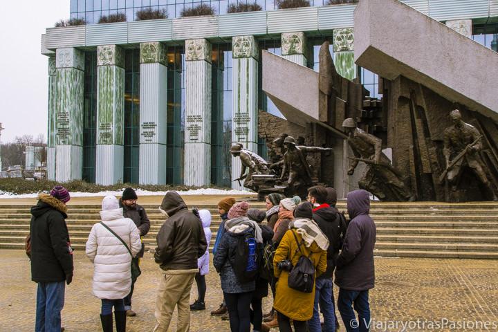 De frente al Monumento al Alzamiento de Varsovia, en Polonia