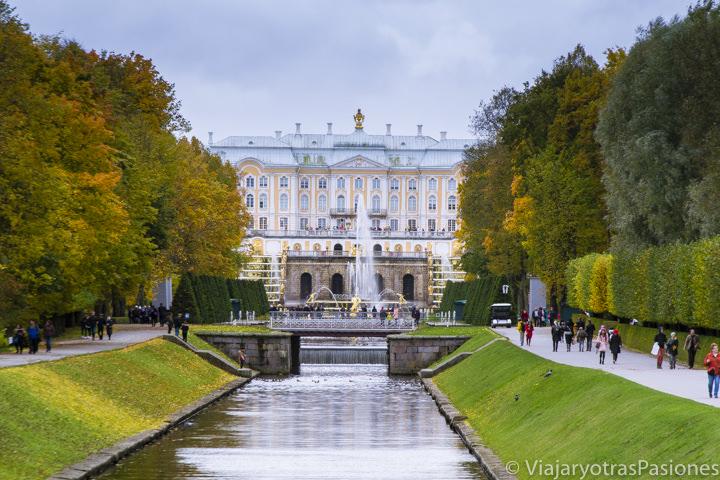 Hermoso paisaje del Palacio de Peterhof que se puede ver explorando San Petersburgo en Rusia