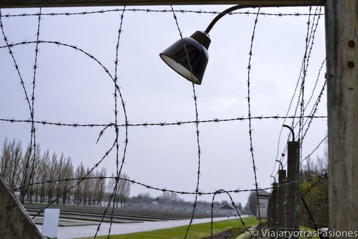 Alambrada de púas en el campo de concentración de Dachau en Alemania