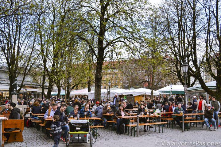 Gente disfrutando del mercadillo de Viktualienmarkt en Múnich en un día en Alemania