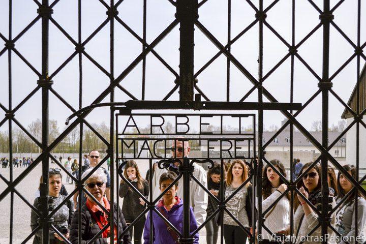 """Famosa escrita de """"El trabajo os hará libres"""" en la entrada del campo de concentración de Dachau en Alemania"""